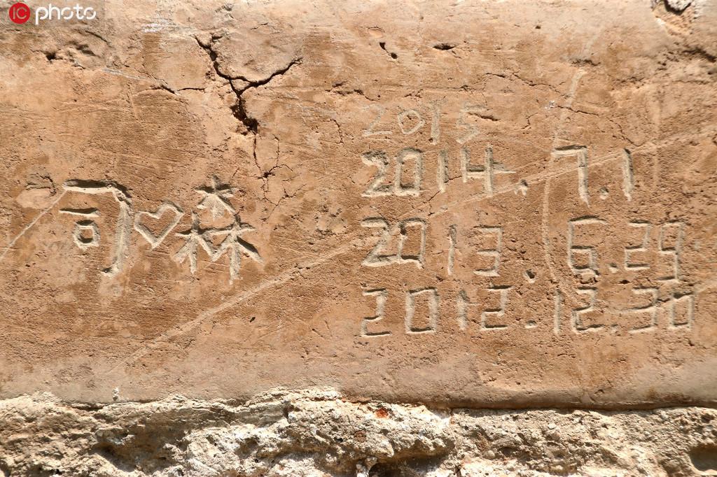 """北京:天坛600岁老墙遭游客乱涂乱划 有人连续三年刻""""到此一游"""""""