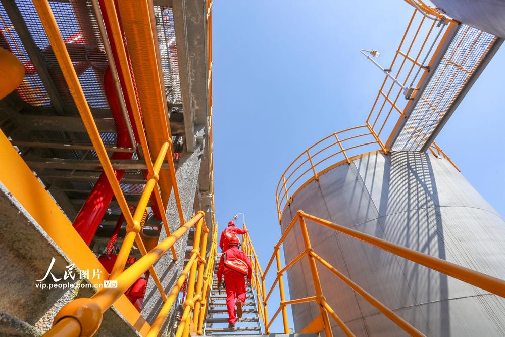 2020年5月10日,四川省遂宁市中石油遂宁天然气净化厂,工人正在检查生产设备,确保高温天气机器正常运转。