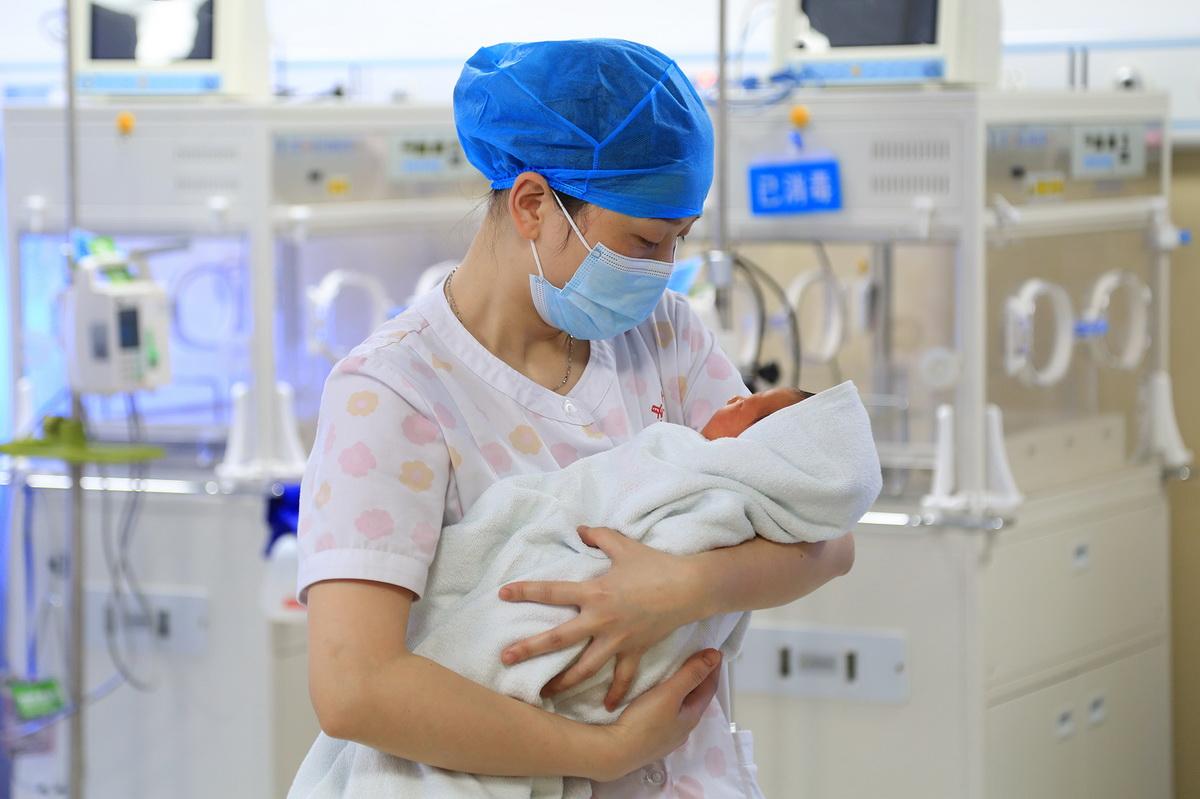 5月11日,贵州省余庆县人民医院新生儿科护士长冉晴在护理新生儿。新华社发(穆明飞摄)