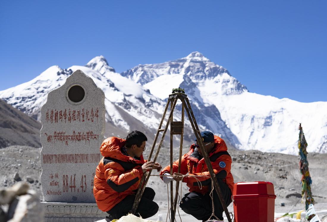 国测一大队队员在珠峰大本营附近测试设备(5月17日摄)。新华社记者 普布扎西 摄