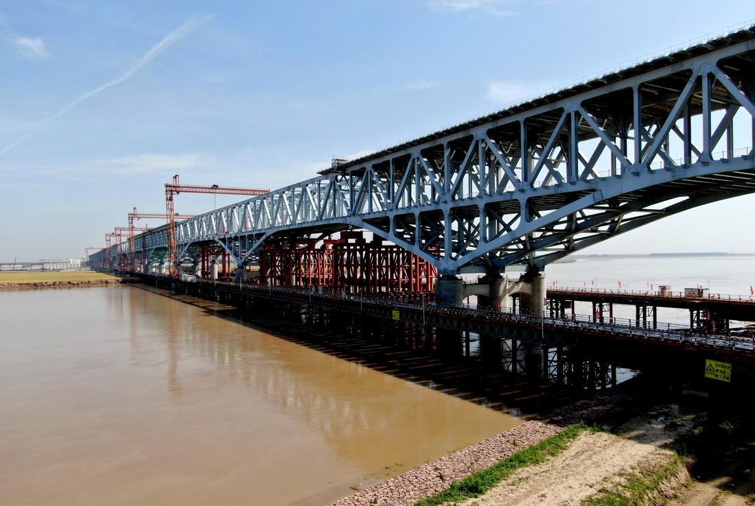 这是5月19日拍摄的施工中的郑济铁路郑州黄河特大桥。