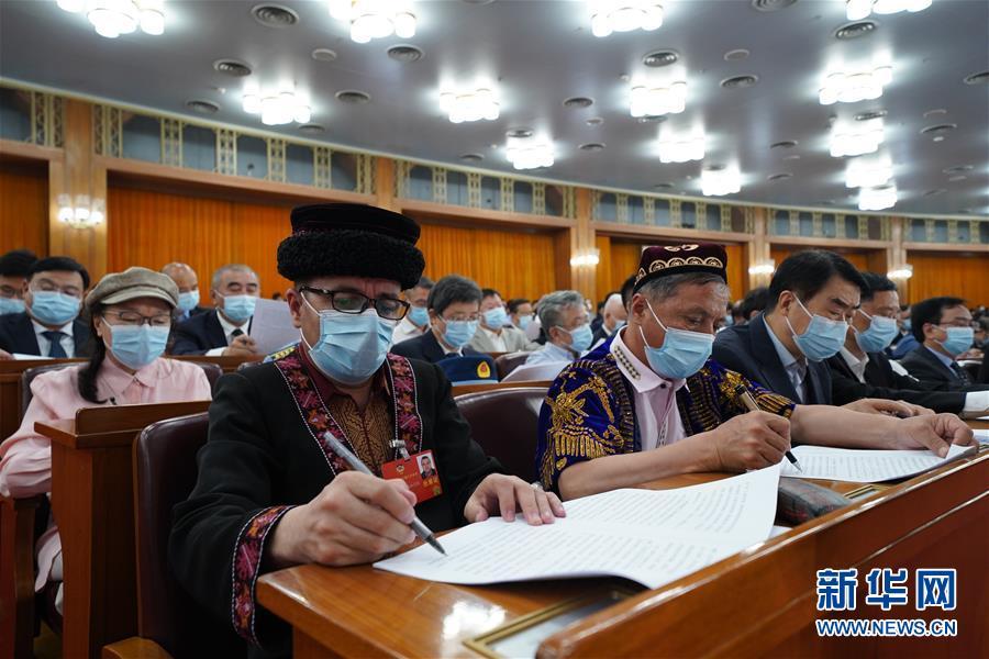 委员们在认真听会。 新华社记者  邢广利 摄