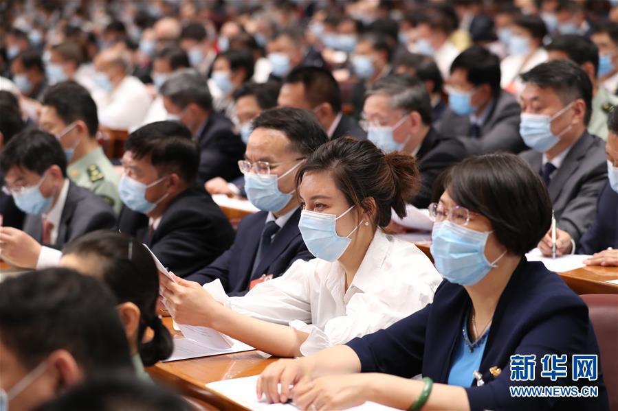 委员们在认真听会。 新华社记者 黄敬文 摄