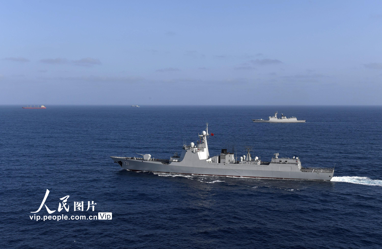 分航仪式前,两批编队为商船进行共同护航。