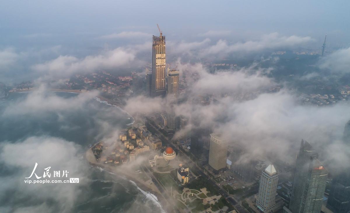 山东青岛:平流雾云蒸霞蔚
