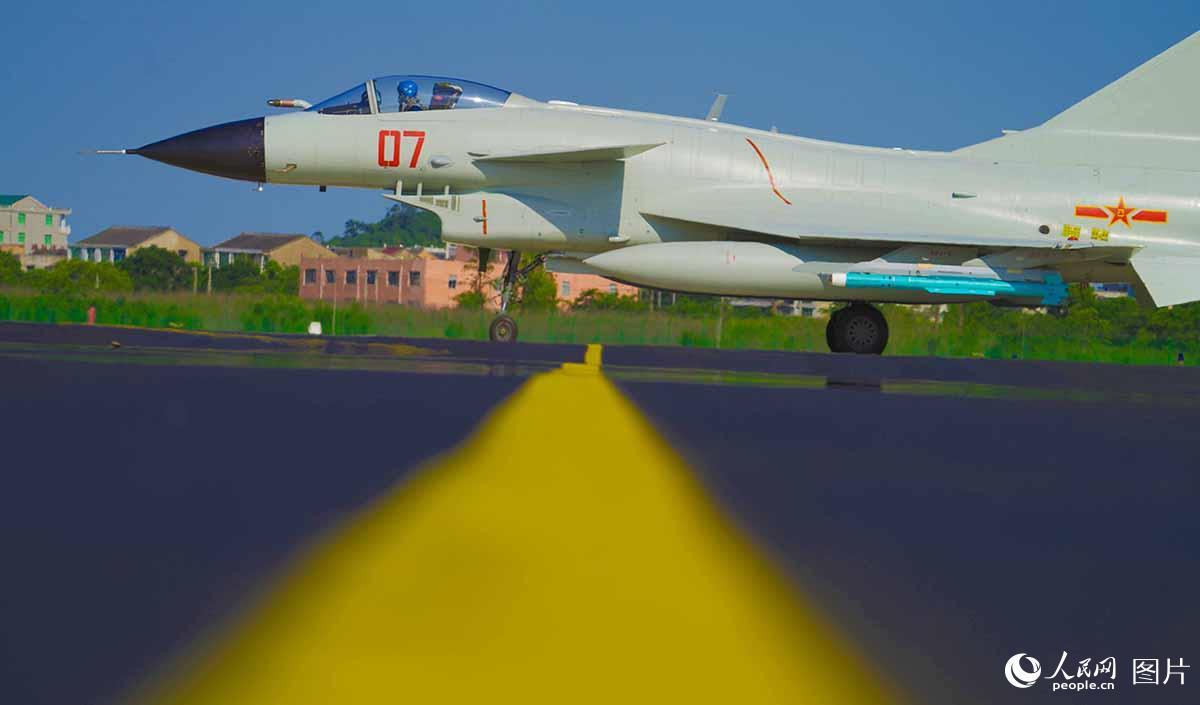 东部战区海军航空兵某旅组织多机型跨昼夜飞行训练