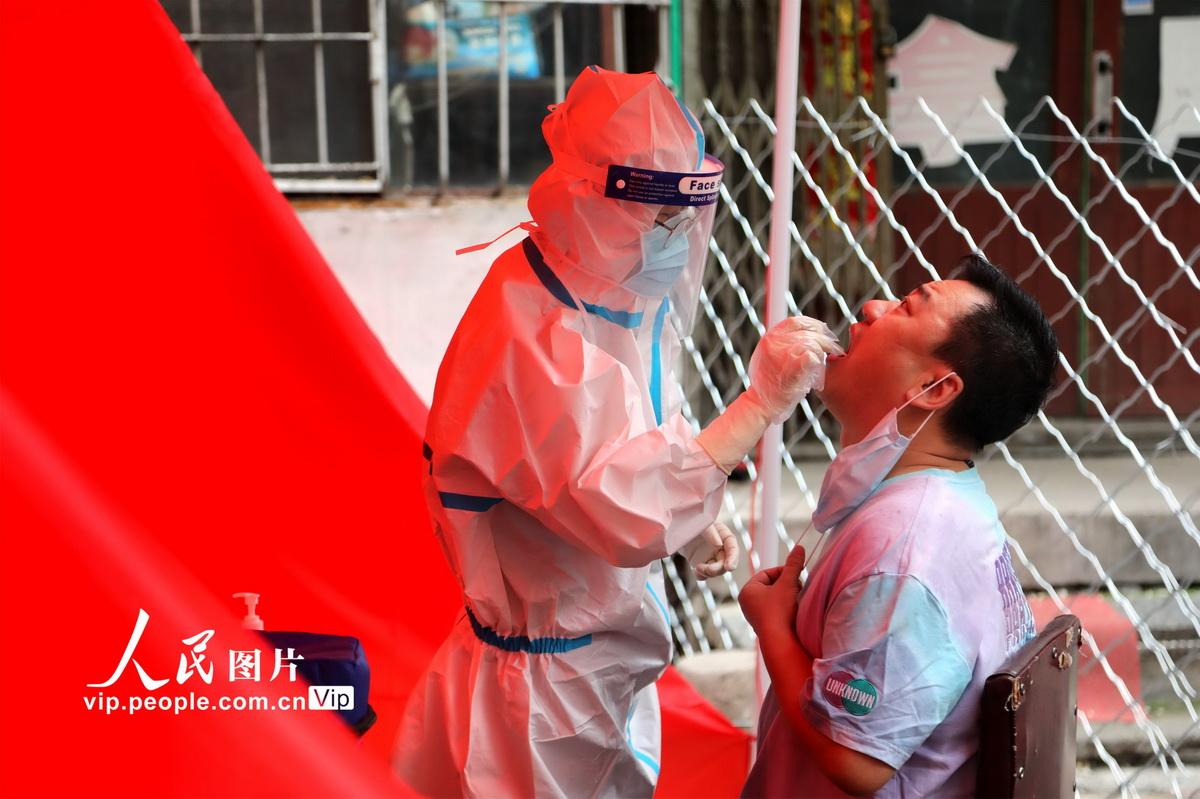 6月3日,牡丹江市在全市各社区开展居民免费核酸检测,通过核酸检测,可以进一步摸清无症状感染者底数,有效管控新冠肺炎疫情。