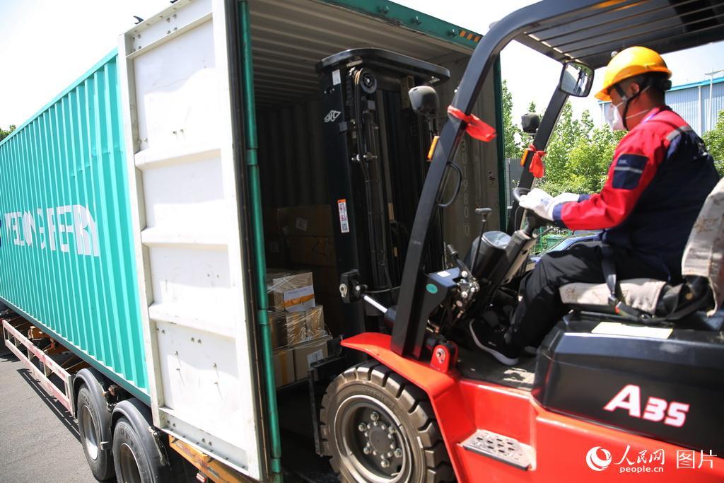 6月3日,工作人员将跨境电商商品卸至仓库。张进刚 摄