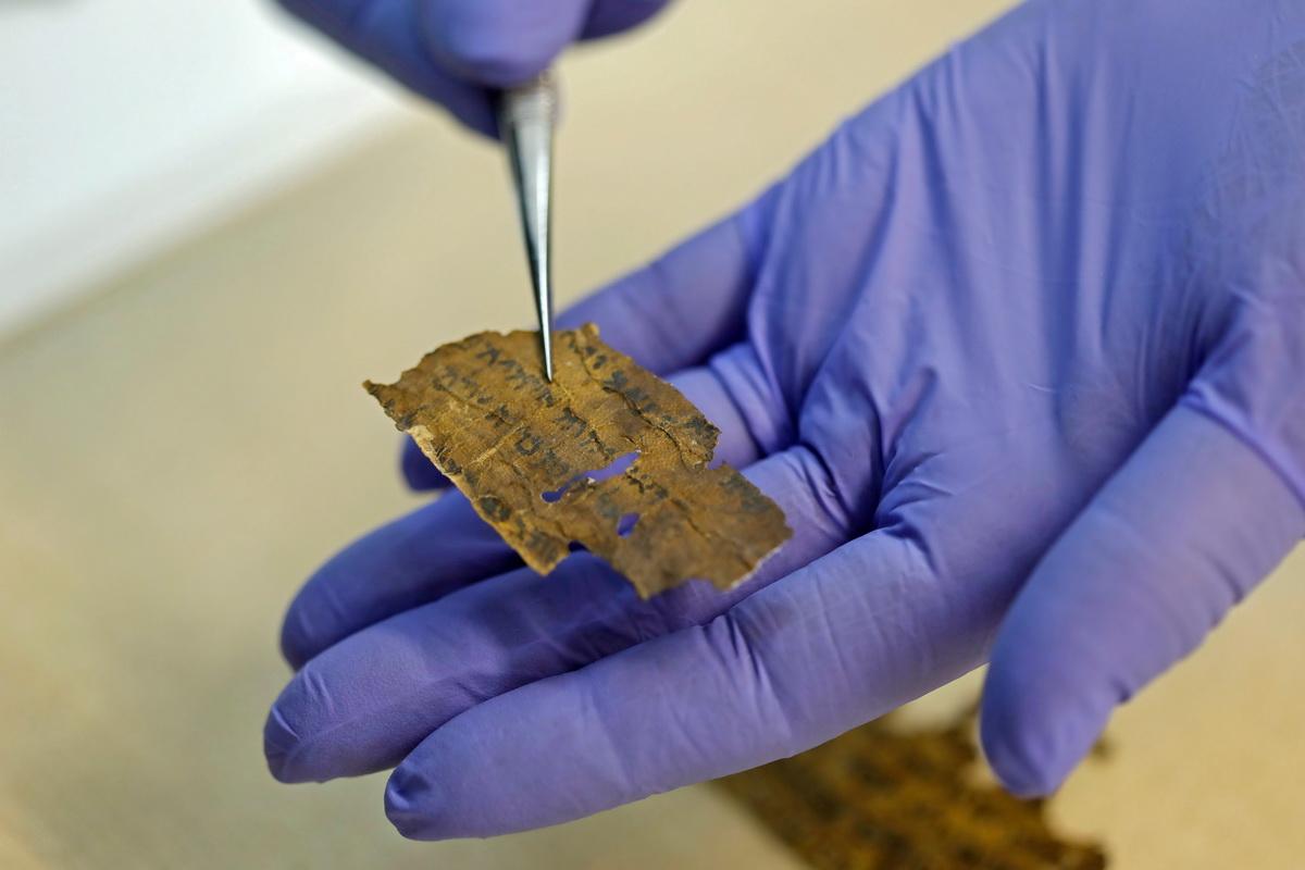 6月2日,在耶路撒冷,研究人员展示印有经文的死海古卷碎片。
