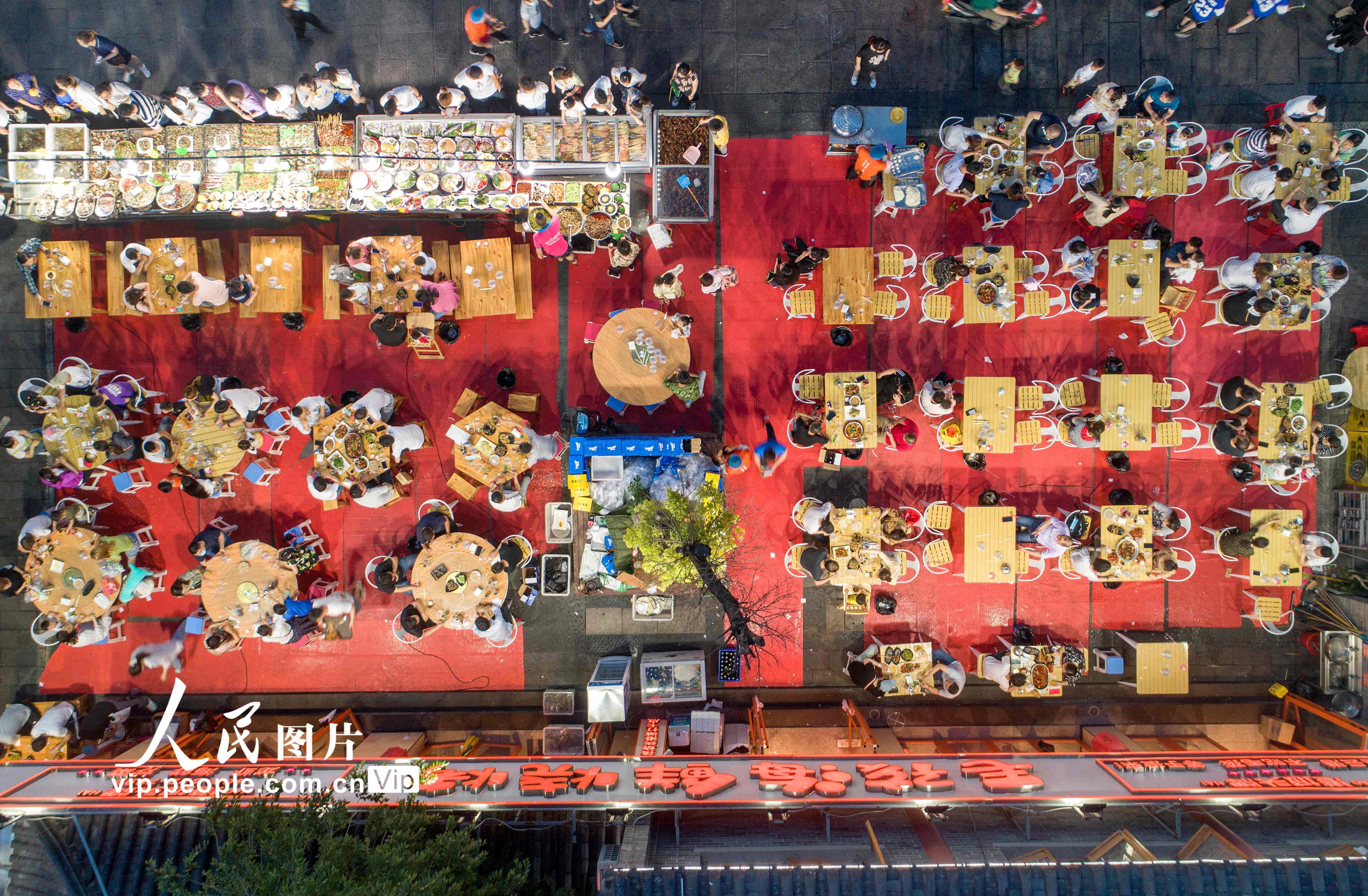 2020年6月6日晚,市民在江苏省连云港市海州区盐河巷夜市排档消费。