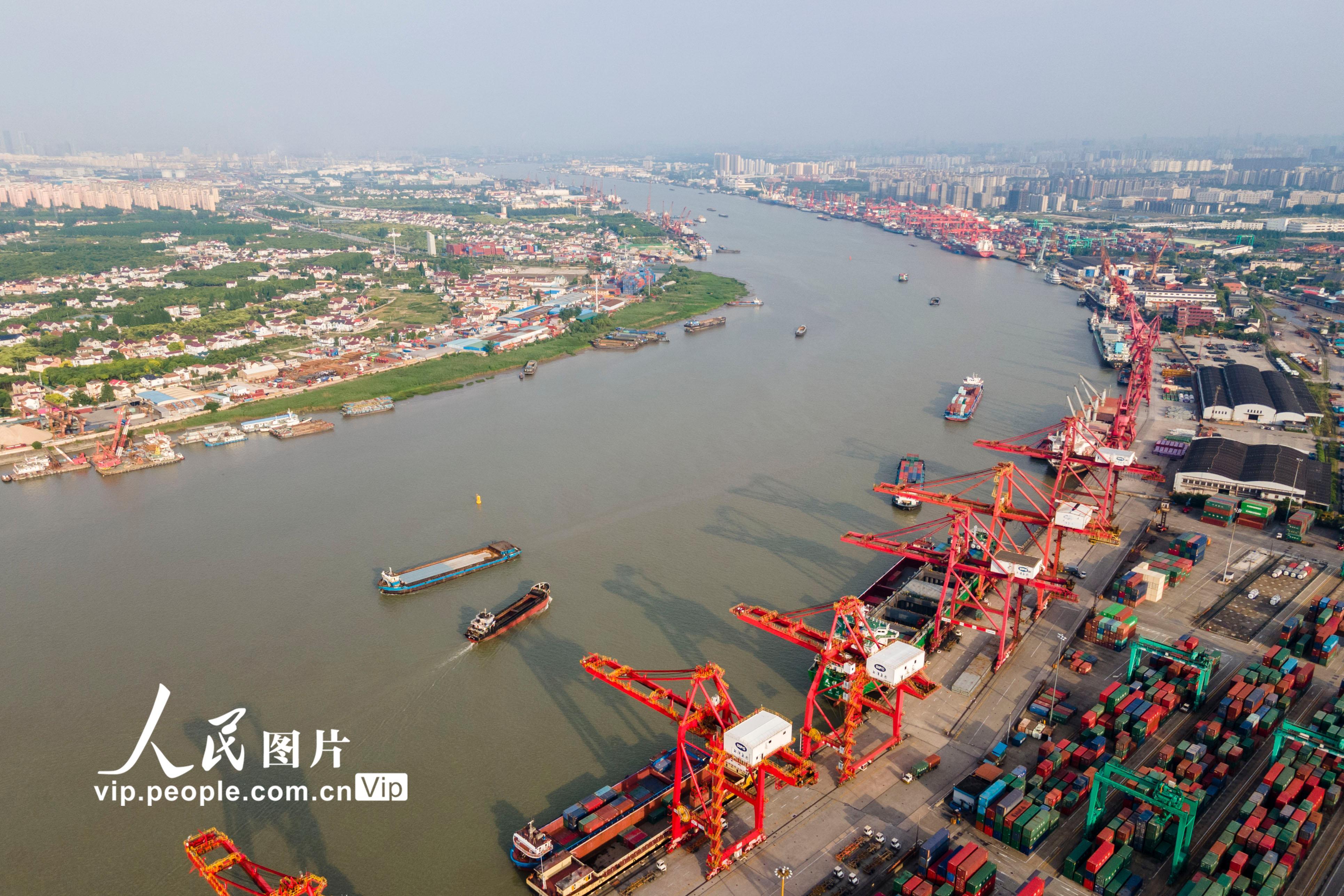 企业复工复产提速扩面 黄浦江上货运忙