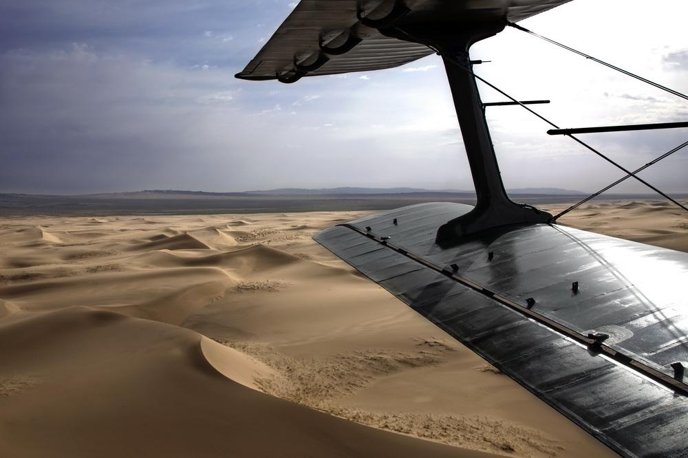 西部战区空军运输搜救航空兵某团在阿拉善地区飞播造林
