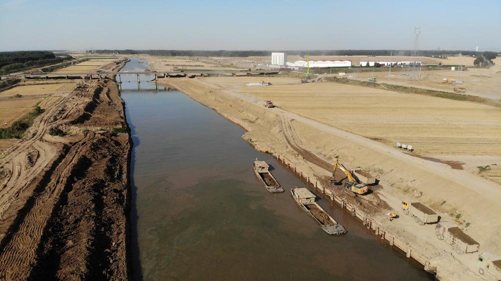 6月14日,施工人员在山东小清河复航工程济南段进行施工作业(无人机照片)。