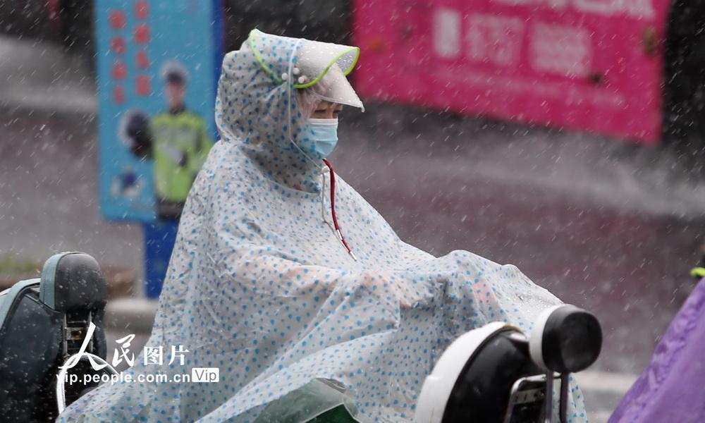 江苏扬州遭遇暴雨袭击