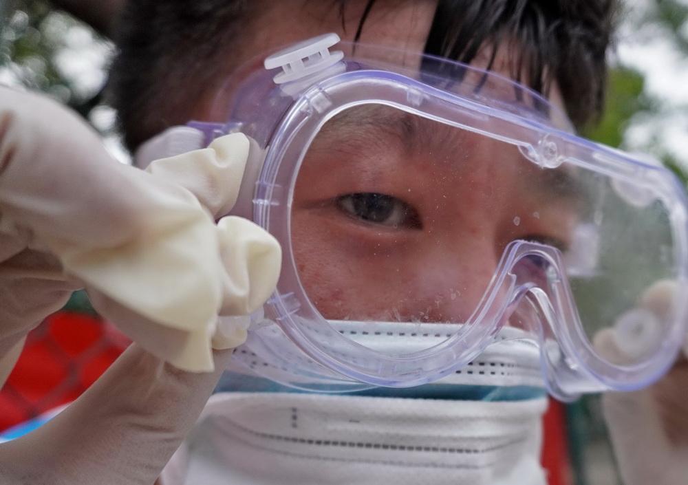 丰台区东高地街道社区卫生服务中心一位医护人员的护目镜内流进了汗水(6月15日摄)。