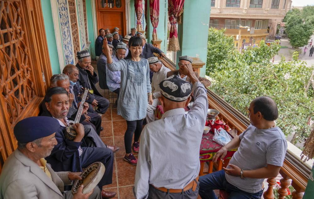 """在新疆喀什老城的""""百年茶馆"""",游客和当地茶客边品茶边休闲(5月17日摄)。新华社记者 赵戈 摄"""
