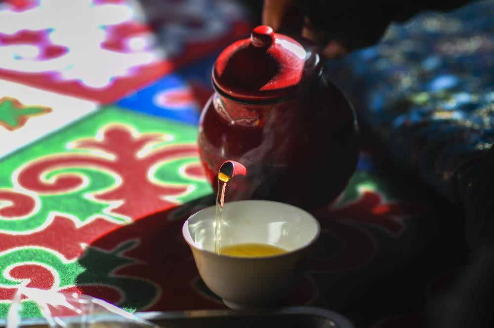 """在新疆喀什老城的""""百年茶馆"""",茶客在品茶(5月17日摄)。新华社记者 赵戈 摄"""