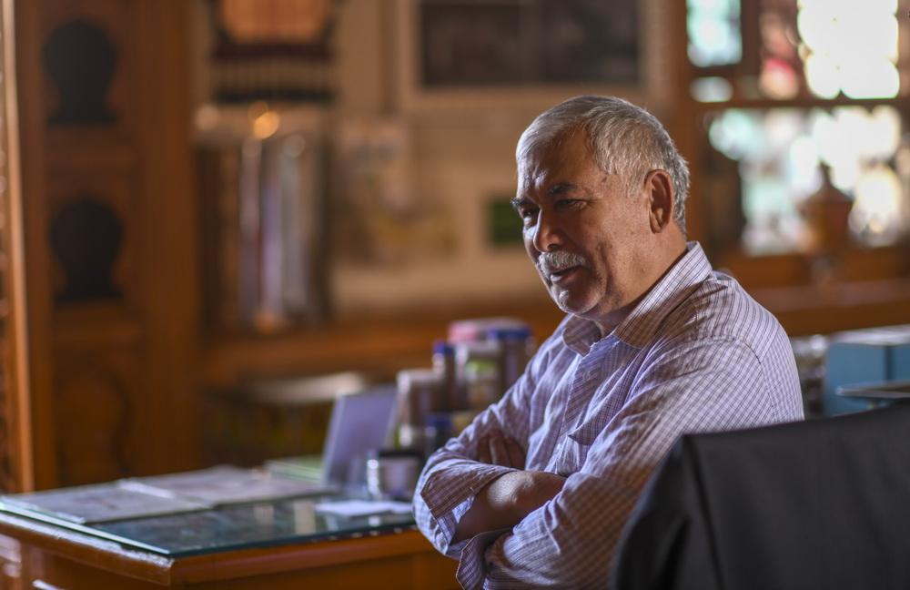 """在新疆喀什老城的""""百年茶馆"""",老板买买提·吾斯满正在休息(5月17日摄)。新华社记者 赵戈 摄"""