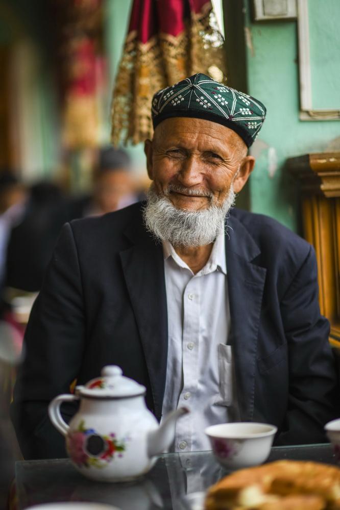 """在新疆喀什老城的""""百年茶馆"""",当地居民司马义·达吾提正在喝茶(5月17日摄)。新华社记者 赵戈 摄"""
