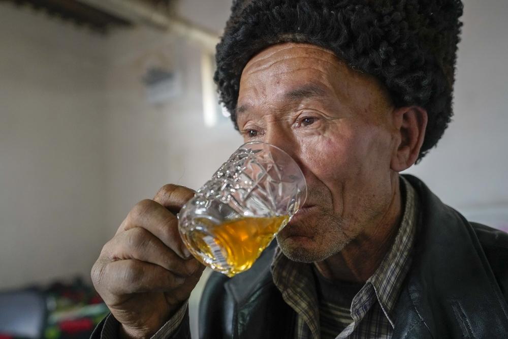 新疆和田县布扎克乡布扎克村村民买吐送·巴克在家中喝茶(2019年11月24日摄)。新华社记者 赵戈 摄