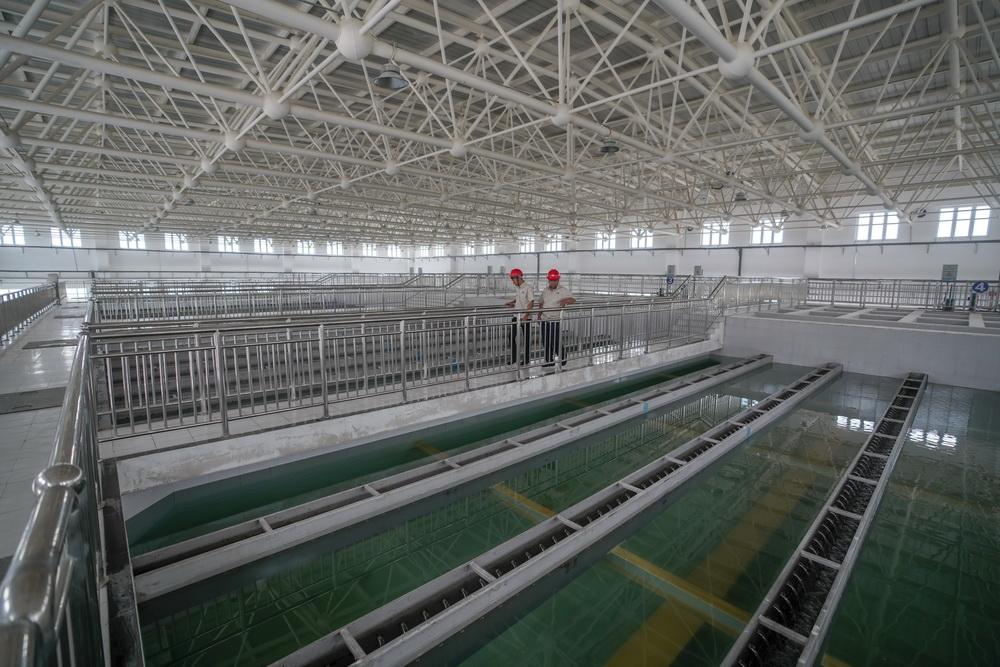 在新疆喀什地区城乡供水总水厂里,工作人员检查清水池工作情况(6月8日摄)。这些安全水将通过近112公里的主管道直达伽师县,供应当地居民用水。新华社记者 赵戈 摄