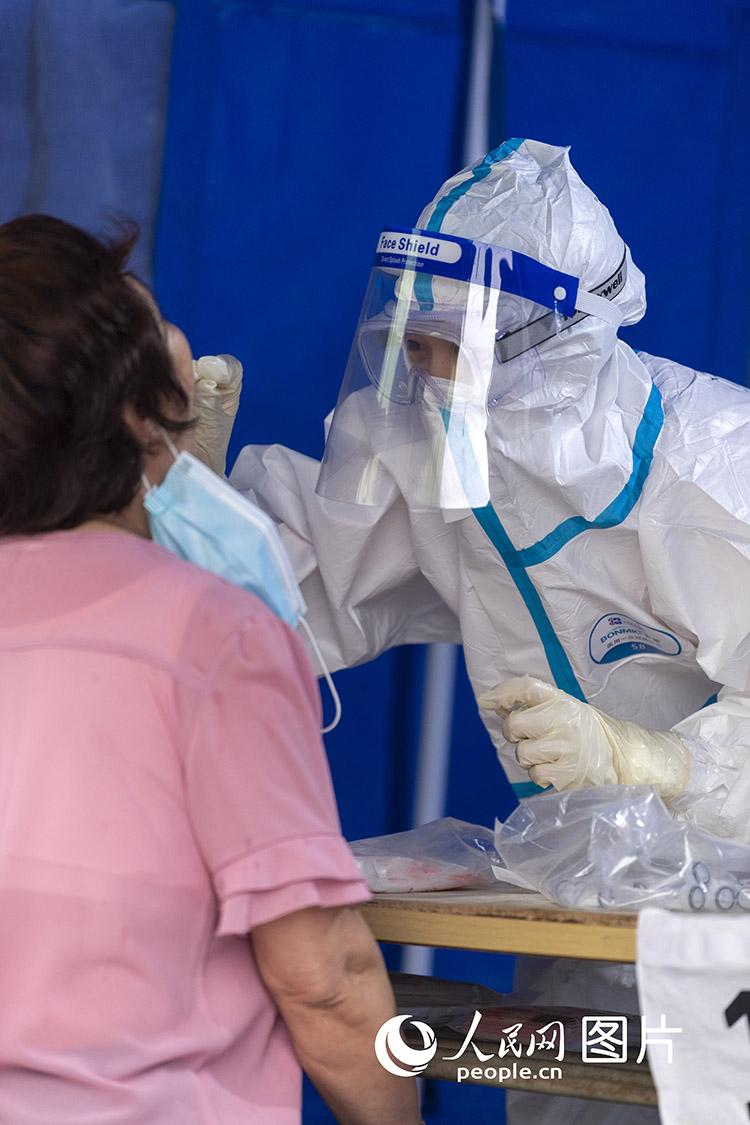 上海中考知识点_北京:医护人员为市民进行咽拭子采样--图片频道--人民网