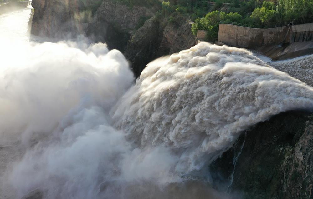 6月26日,刘家峡水库进行泄洪作业(无人机照片)。