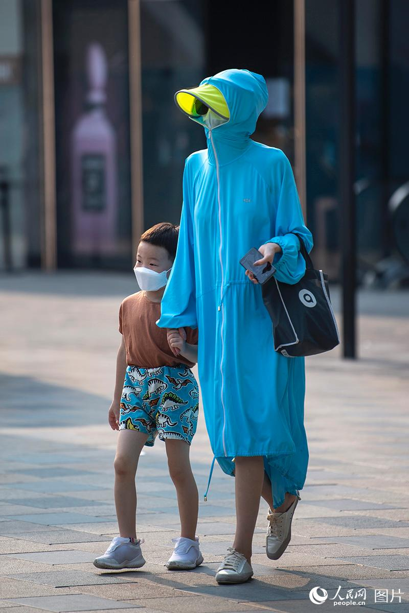 北京闷热难当 孩童戏水降温清凉一夏【5】