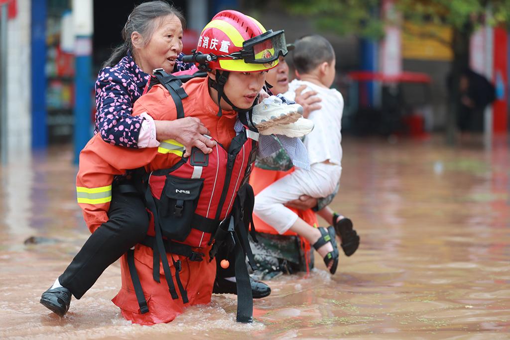 重庆涪陵:紧急转移被困群众