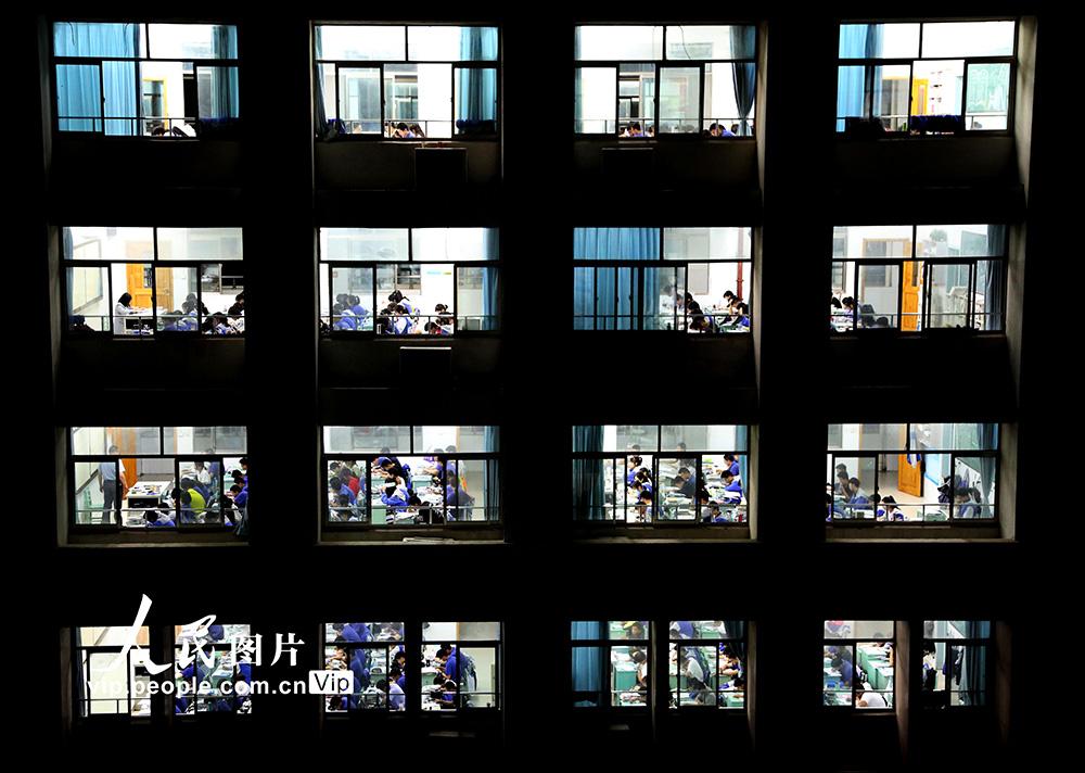 6月30日晚,在连云港高级中学教学楼教室里,即将参加高考的学生在上晚自习。