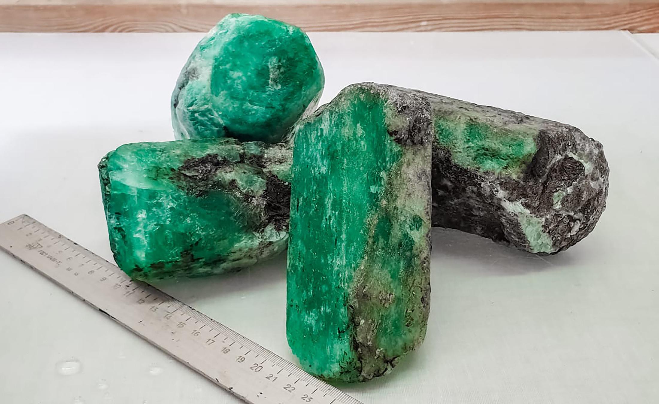 俄罗斯发现巨大绿宝石 总重量达4.8公斤。视觉中国 供图
