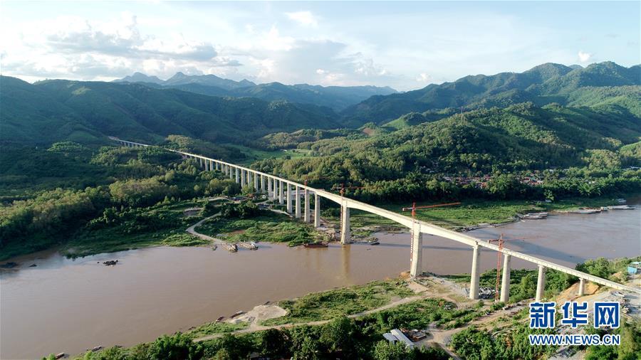 这是7月15日拍摄的中老铁路班纳汉湄公河特大桥(无人机照片)。新华社发(中铁八局供图)