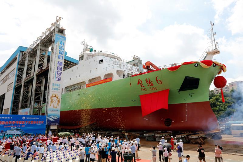"""7月18日拍摄的""""实验6""""号新型地球物理综合科学考察船。新华社记者 黄国保 摄"""