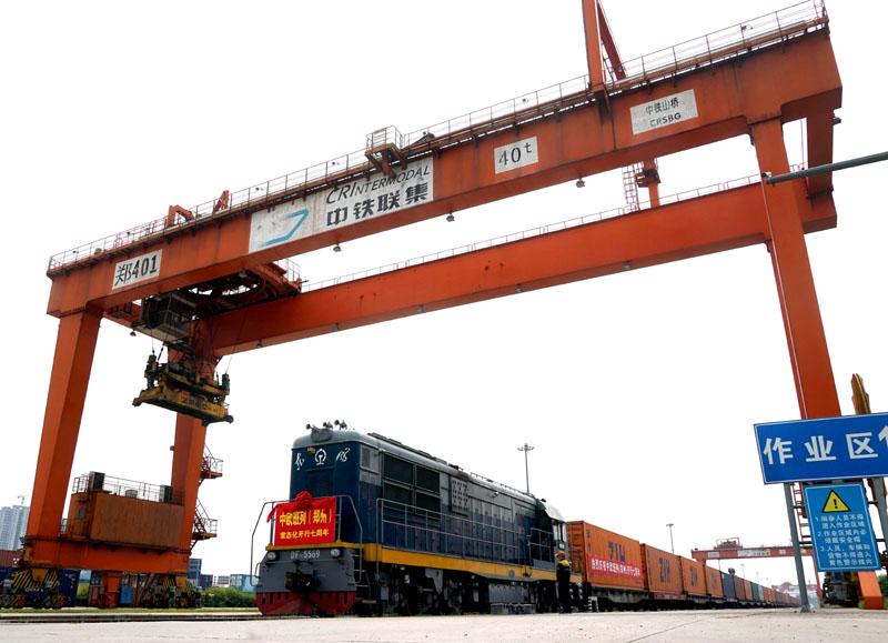 7月18日,75097次中欧班列(郑州)停靠在中铁联集郑州中心站等候发车。