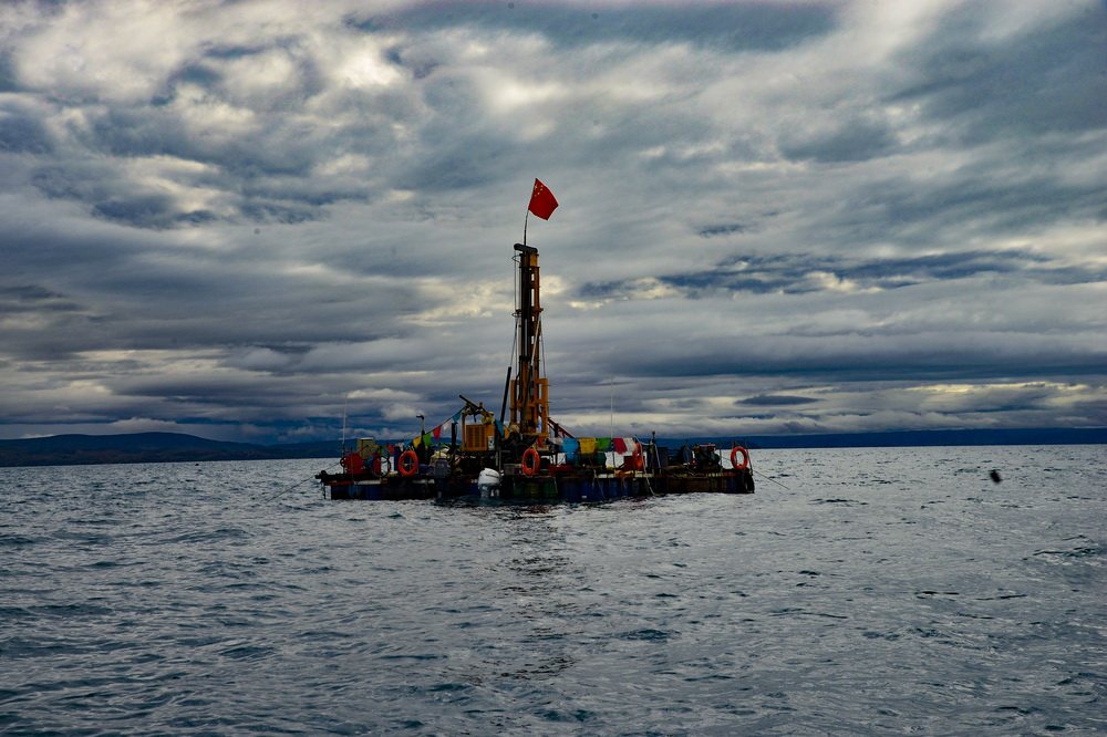 这是纳木错中心湖区的水上钻探平台(7月21日摄)。新华社记者 田金文 摄