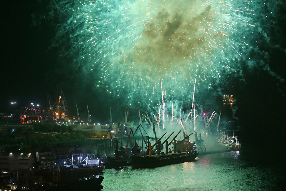 俄罗斯多地举行庆祝海军节烟花表演