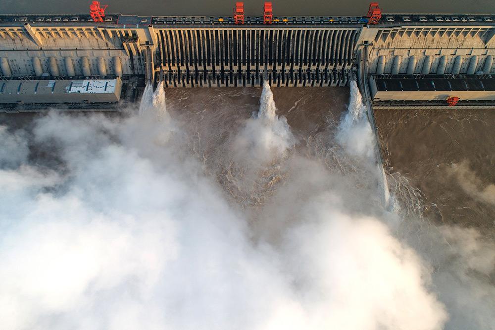 湖北宜昌:三峡迎战长江3号洪水 持续拦洪削峰