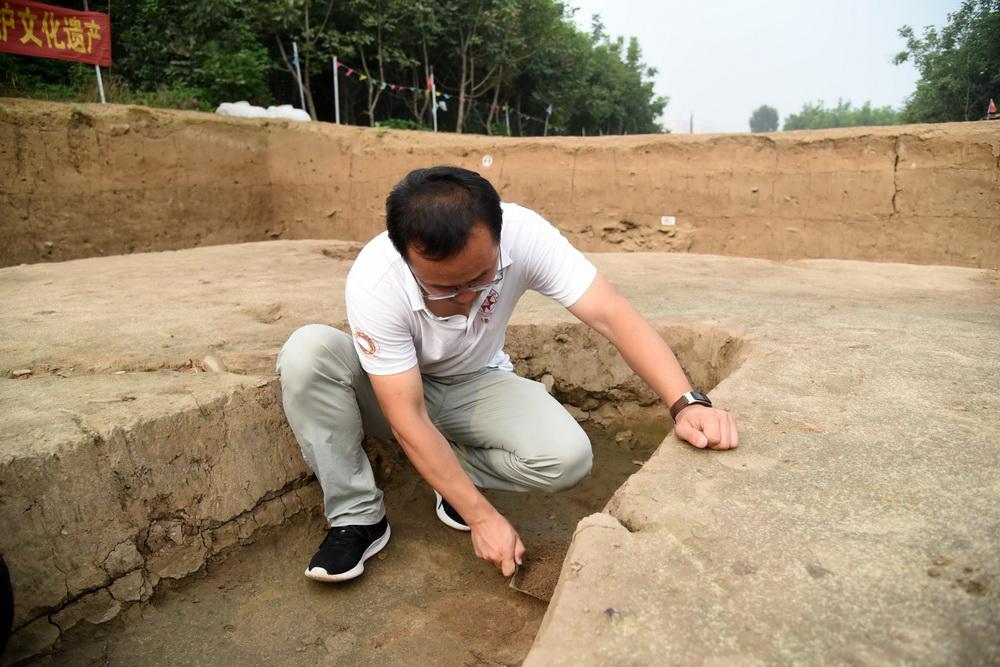 7月28日,考古工作者在对济南梁王遗址内战国时期古城遗址进行考古发掘。