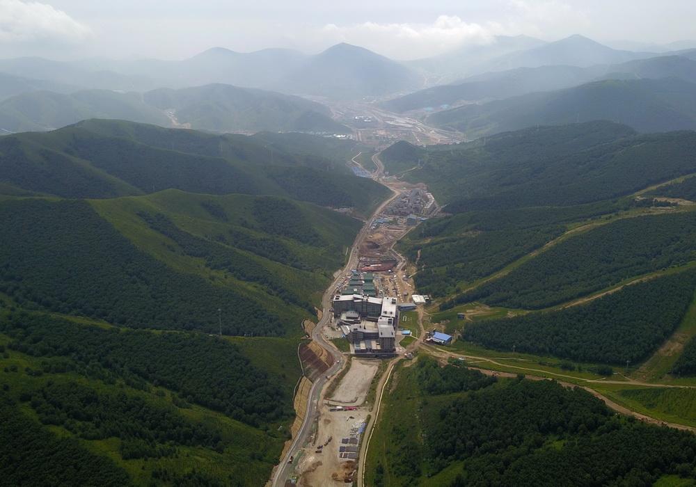 这是位于张家口赛区的云顶滑雪公园(7月30日无人机拍摄)。