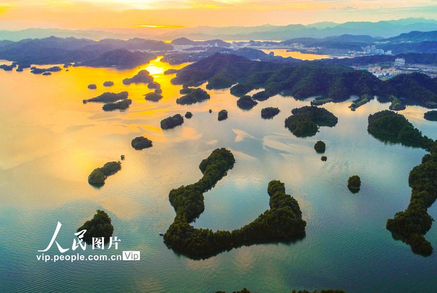 浙江杭州:千岛湖现绚丽晚霞