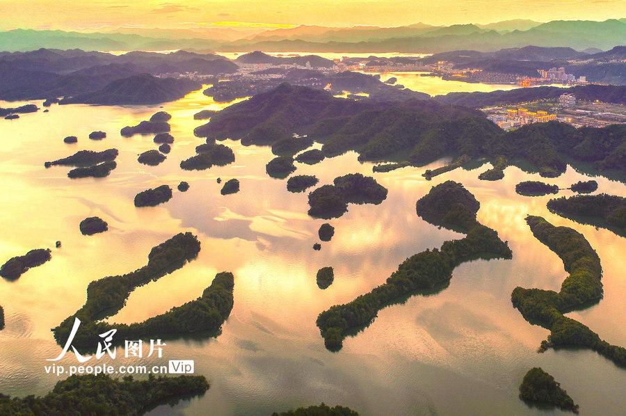 浙江杭州:千岛湖现绚丽晚霞【3】