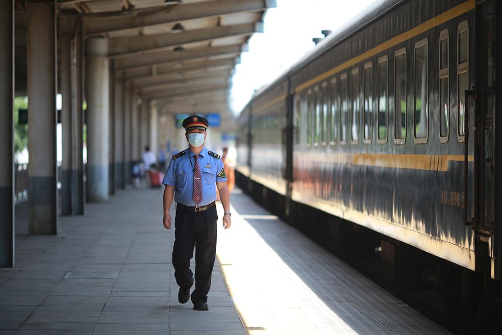 列车经过渠县火车站,王润在站台上来回巡视,待旅客和列车员都上车完毕,自己才做最后一个上车的人。