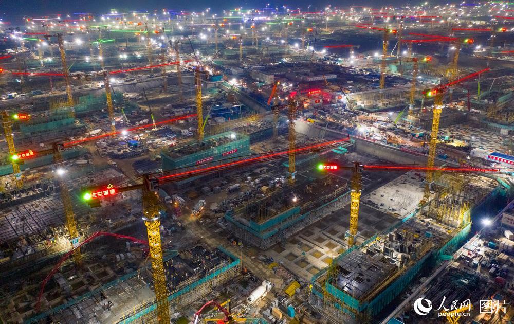 2020年8月15日,雄安新区的建设工地上,工人正在紧张施工。