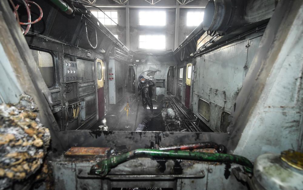 张洪波在动力室内进行清洗保养作业(8月17日摄)。
