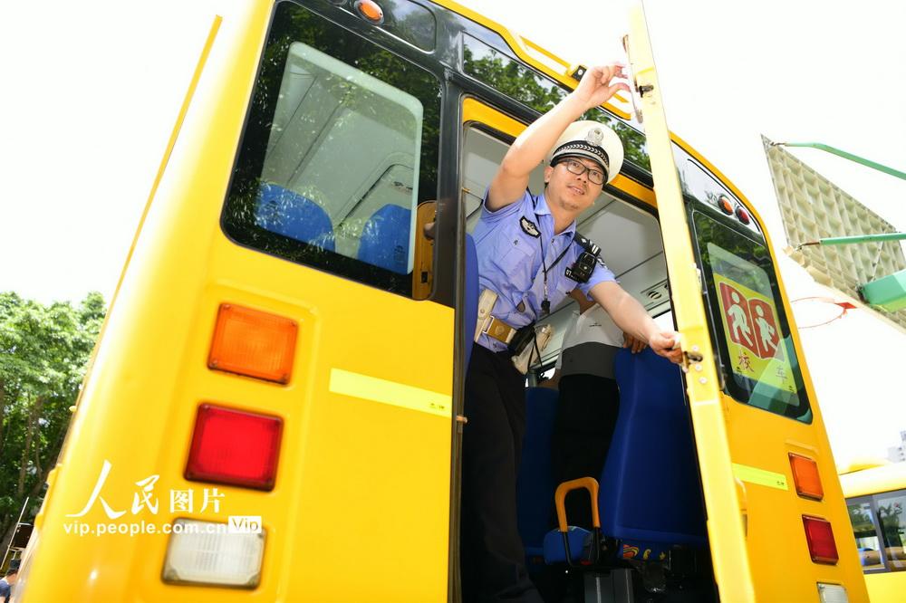 2020年8月19日,在江西省赣州市章贡区厚德外国语学校,赣州市公安局交通警察支队直属大队民警正在对该校校车进行安全检查。