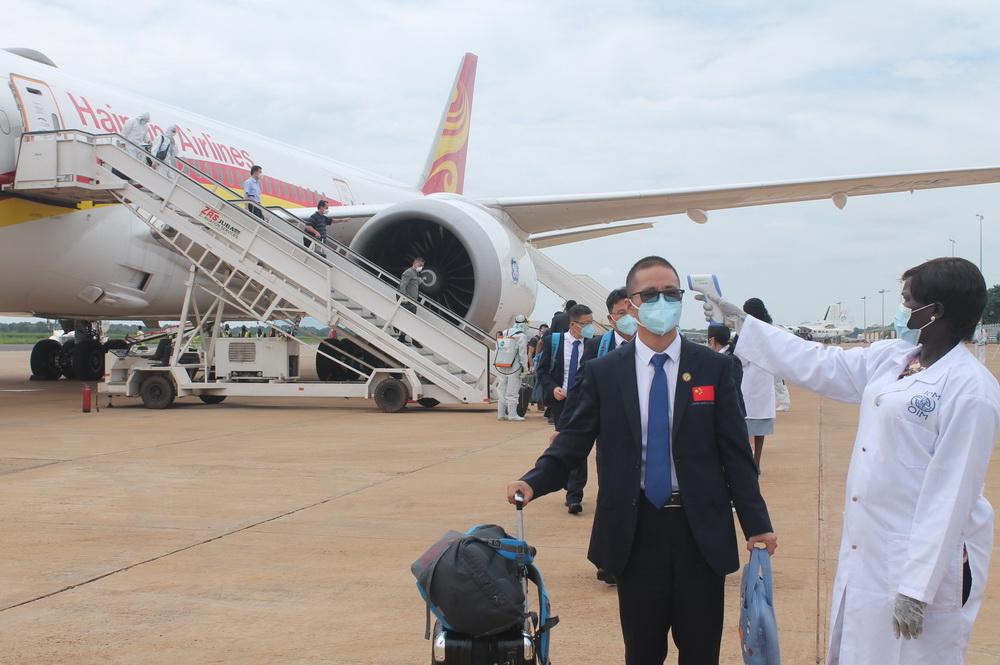 8月19日,在南苏丹首都朱巴,中国援南抗疫医疗专家组和医疗队成员进行体温检测。新华社发(加莱・朱利叶斯 摄)