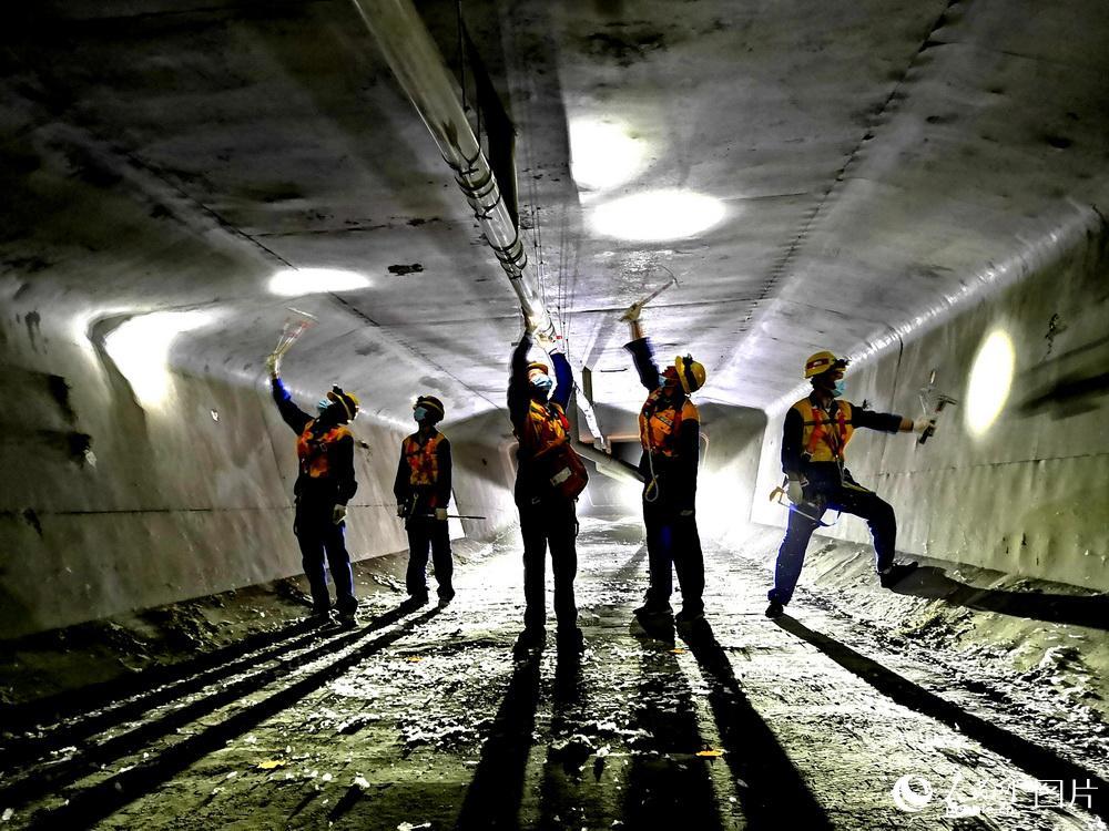维修工在十家子河特大桥内检查桥梁设备。(8月15日摄)