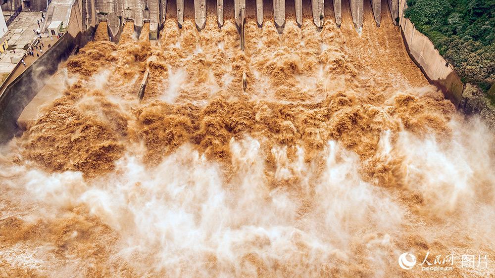 位于山西、河南交界处的黄河三门峡大坝全孔开闸泄洪的场景。