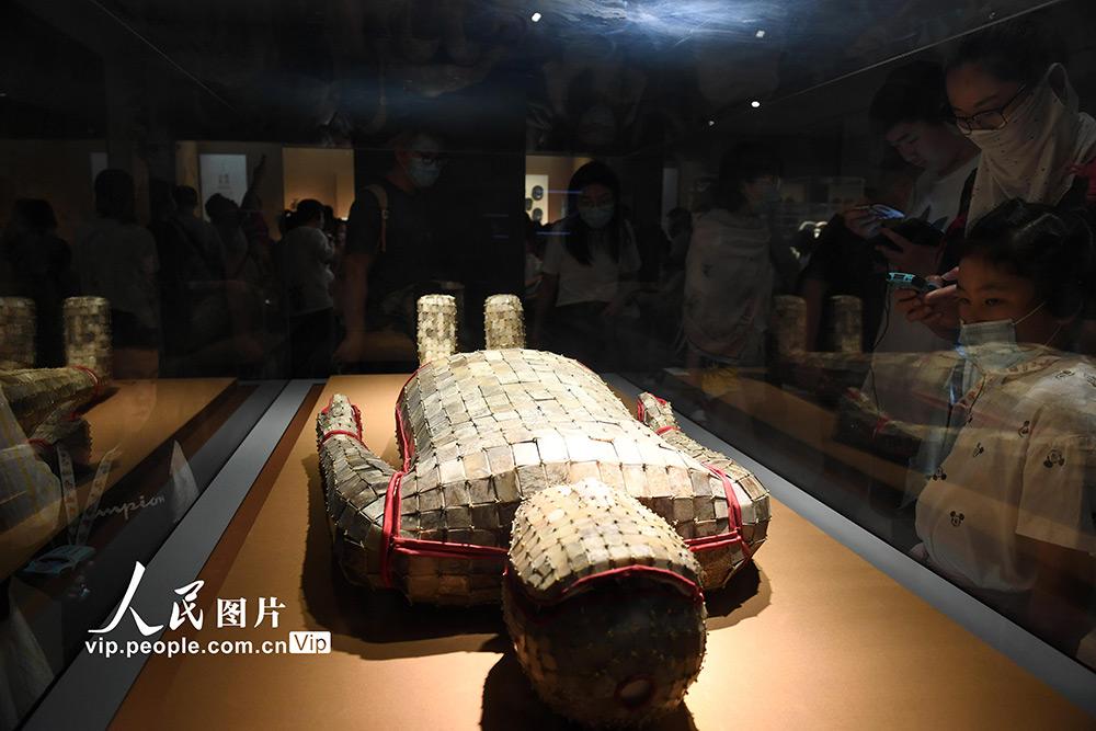 2020年8月23日,学生观众在家长陪同下在南京博物院参观游览。