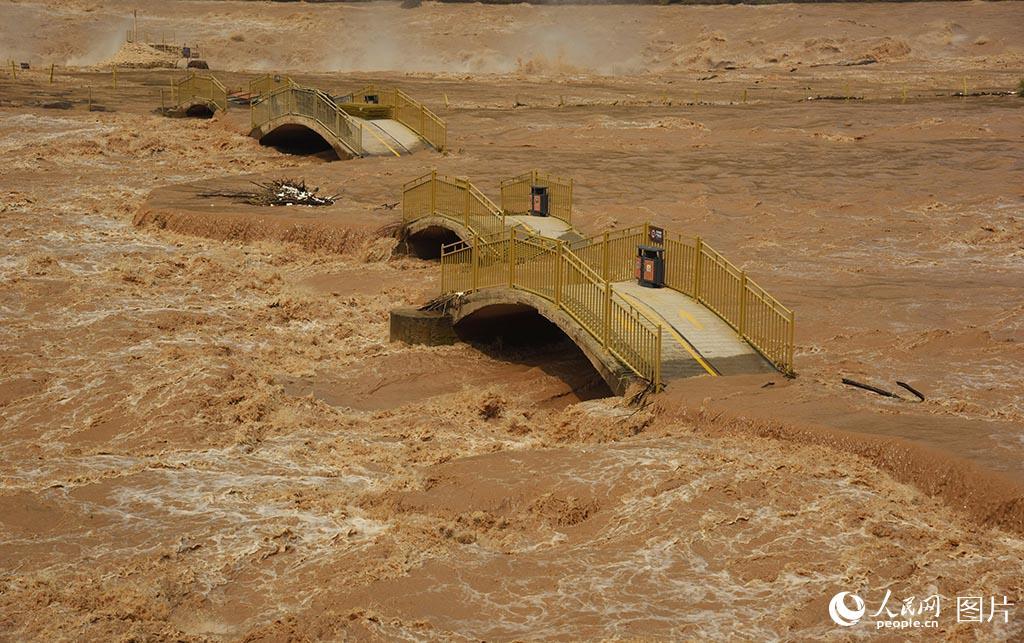 黄河再迎洪峰壶口景区观景桥被淹